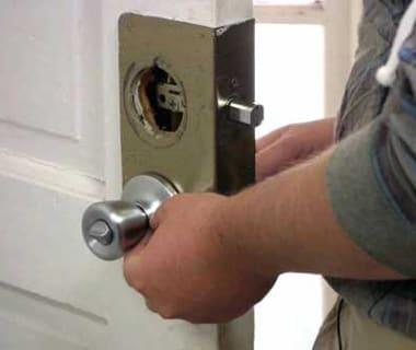 Отремонтировать дверную ручку