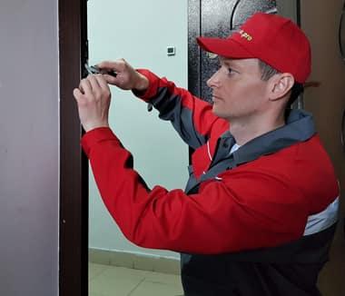 Мастер ремонтирует дверь