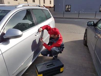 Вскрытие автомобилей. Мастер вскрывает двери авто